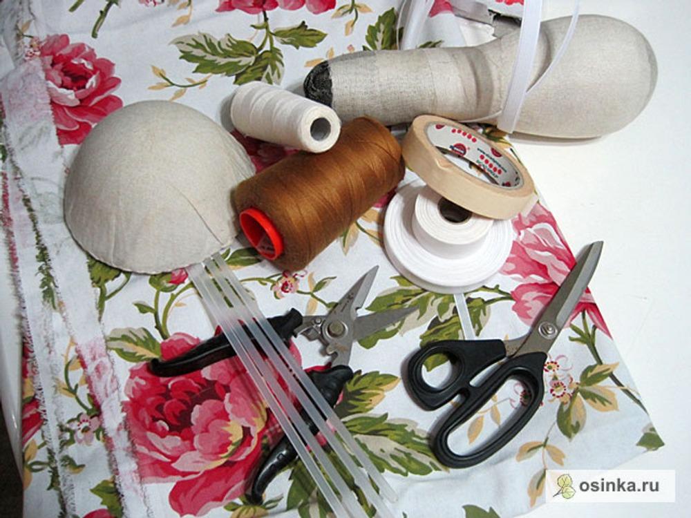 01. Для пошива корсета потребуется: - плотная ткань - нитки для пошива - нитки для отделочных швов - регилин шириной 0,8 и 1,2 см - пластиковые или спиральные кости - косая бейка шириной 1,5 и 2 см - малярный скотч - формы для утюжки
