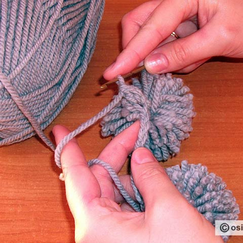 Затем, поддев рабочую нить, протягивают ее через 2 петли на крючке.