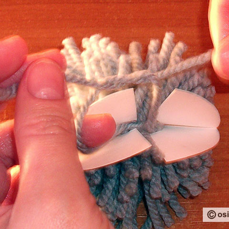 Завязать концы проложенной нити в тугой узел и не срезать.