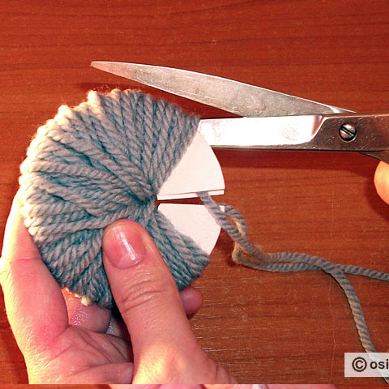 Подтянуть проложенную нить и аккуратно разрезать ножницами пряжу, не сдвигая ее с места.