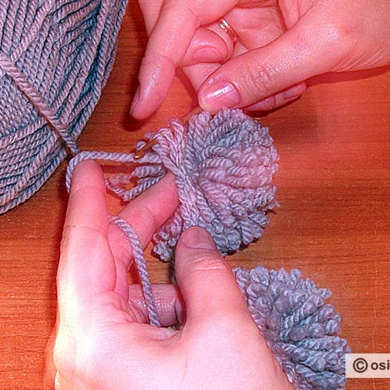 Протягивают рабочую нить через петлю цепочки. Петлю и накид, находящиеся на крючке, провязывают вместе.