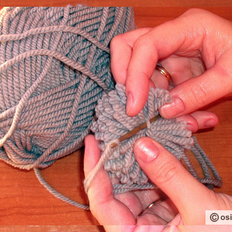 Крючок ввести в связывающую нить помпона.
