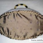 Обшиваем это дно легкой тканью – я использовала ту же ткань, что и на чехле. Выкраиваем ткань с припусками 1-1,5 см (шов делаем вплотную к картону).