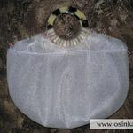 Из изолона точно по контуру ручек и верхнего края сумки выкраиваем кусочки и пришиваем к основной части прослойки. Все это пришивается к вязаному полотну с изнанки так, чтобы, во-первых, это никуда не съезжало, и во-вторых оставался зазор между полотном и подложкой для внутреннего чехла (т.е. должна оставаться по краю вязаного полотна узкая полоска, к которой будет пришиваться чехол).
