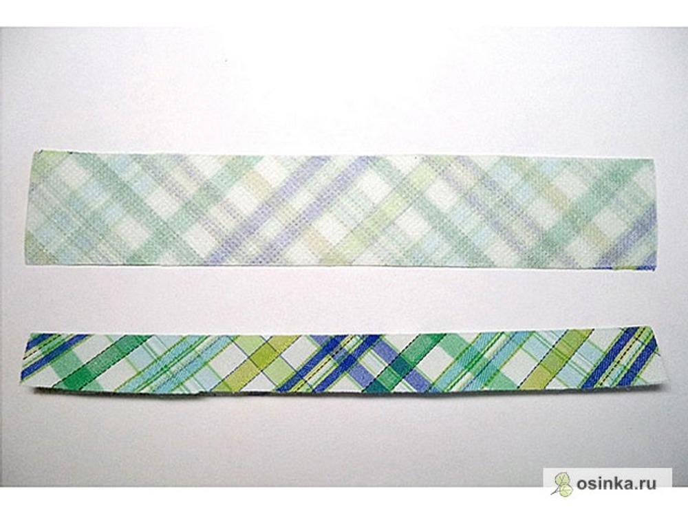 03. Теперь готовлю обтачки: две полоски ткани шириной 3 см и на 3-4 см длиннее размеченной линии входа в карман. Правильно кроить их по долевой (обычно я так и делаю), в данном случае выкроила по косой, для красоты. Проклеиваю обтачки флизелином. В данном случае это надо было сделать обязательно, во избежание излишней расяжимости и перекоса обтачек. Бывает, что проклеиваю обтачки для плотности, просто чтобы молния их не зажевывала; а бывает, что и не проклеиваю, если шью из довольно плотной ткани. Складываю обтачки пополам изнаночной стороной внутрь и приутюживаю (можно еще и склеить карандашиком для надежности, скользить не будет).