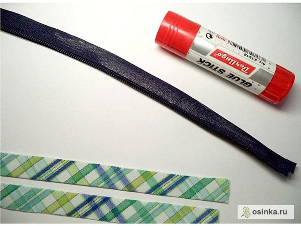 05. Молнию расстегиваю, и ее ленту с одной стороны мажу клеящим карандашом.
