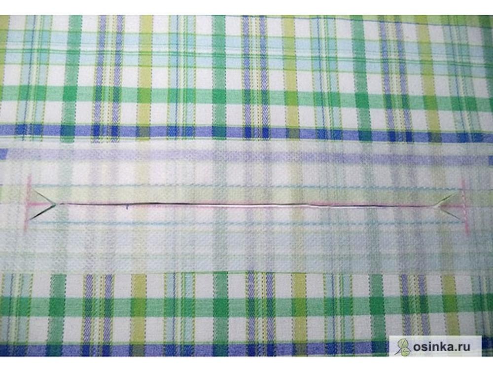 15. Разрезаю по центральной линии, в уголках наискось, не доходя до строчки 0,5-1 мм.