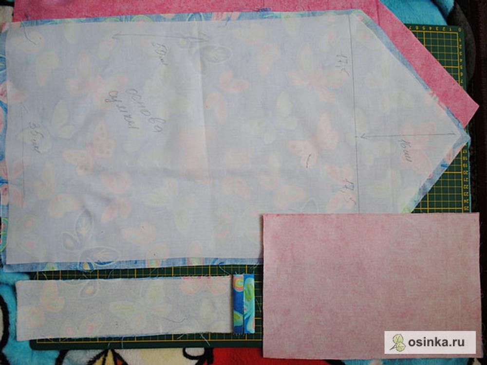 40. Дублируем деталь основы из основной ткани (во завернула) плотным дублерином, деталь ручного ремешка - мягким дублерином или флезилином, деталь мешковины кармана - флизелином.