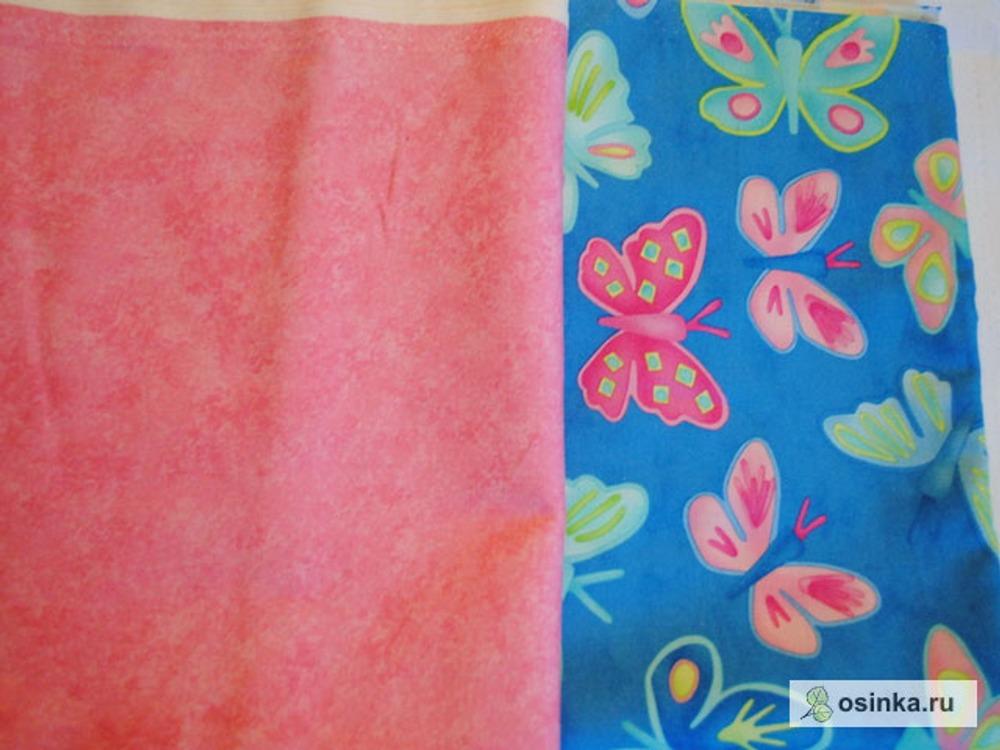 01. Выбираем ткани, из которых будем шить. Я выбрала красивущих бабочек на бирюзово-голубом и на подклад розовый хлопок с разводами. Нам понадобиться примерно 0,5 м при ширине 110 см обеих тканей, хватит на кошелек и сумку и еще останутся кусочки на платьюшки куклам. Внимание! Если рисунок выбранной ткани идет поперек кромки, то лучше взять 0,7 м. (чтобы не резать основу сумки).