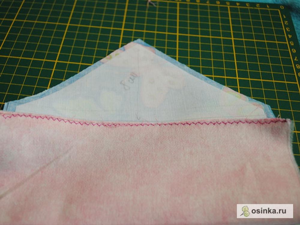 20. Складываем пополам мешковину кармана и верх строчим зигзагом.