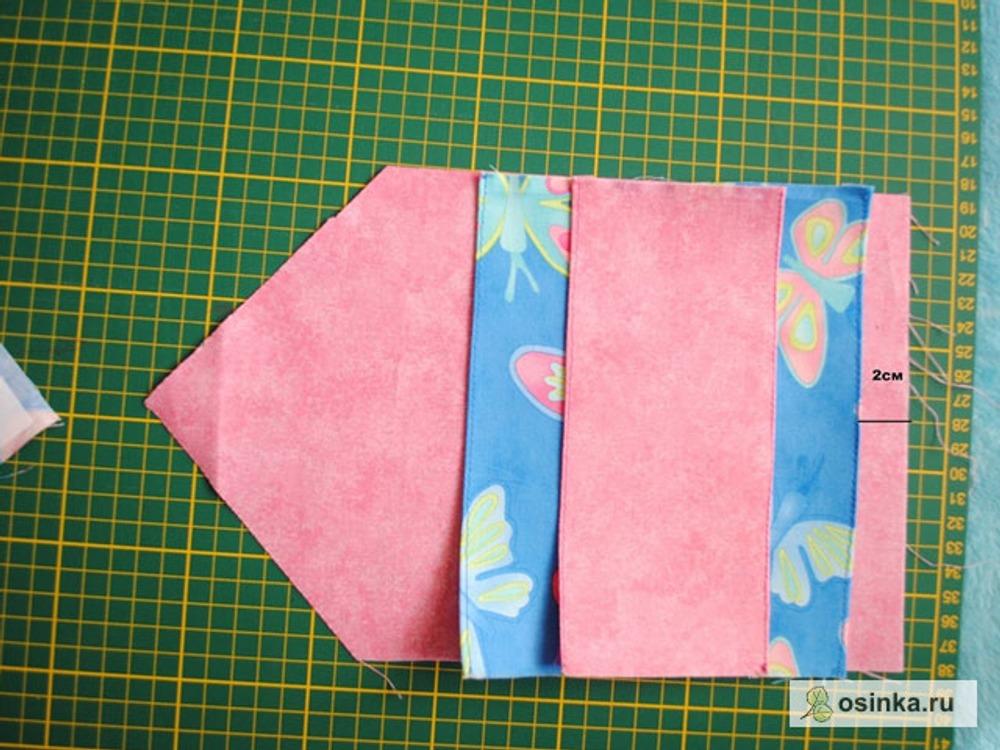 09. Теперь берем основу из подкладочной ткани (розовой) и размещаем на ней наши кармашки: сначала большой, а на него маленький, посередине маленького кармашка рисуем линию.