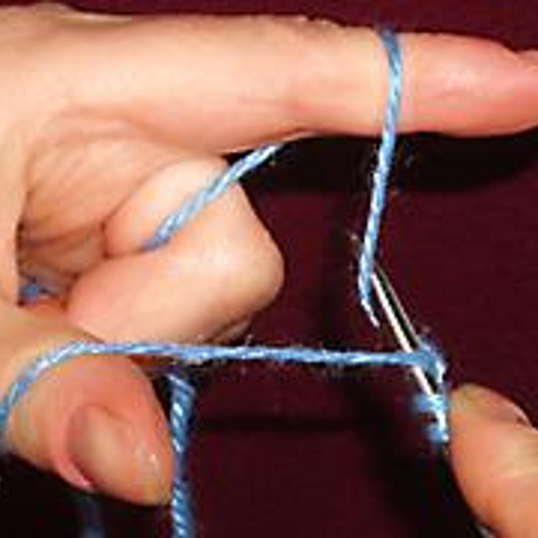 7. Захватываем нить от указательного пальца и выводим спицу тем же путём, что и заводили.