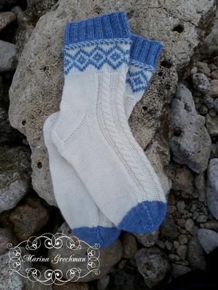 Фото. Носочки - жаккардовый узор, латышская косичка, араны. Автор работы - Яблоневый цвет