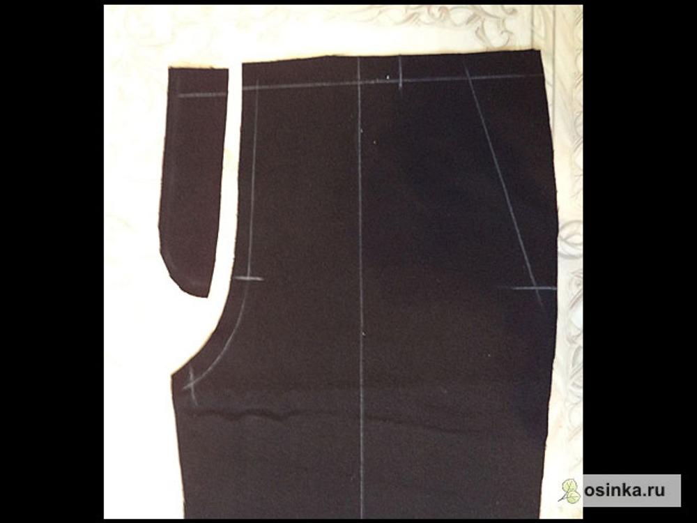 04. На правом полотнище срезаю припуск у гульфика до прямой линии, оставляя 1-1,5 см, на левом же остается цельнокроеный откосок. Это для мальчуковых брюк. Для девчачьих все наоборот.
