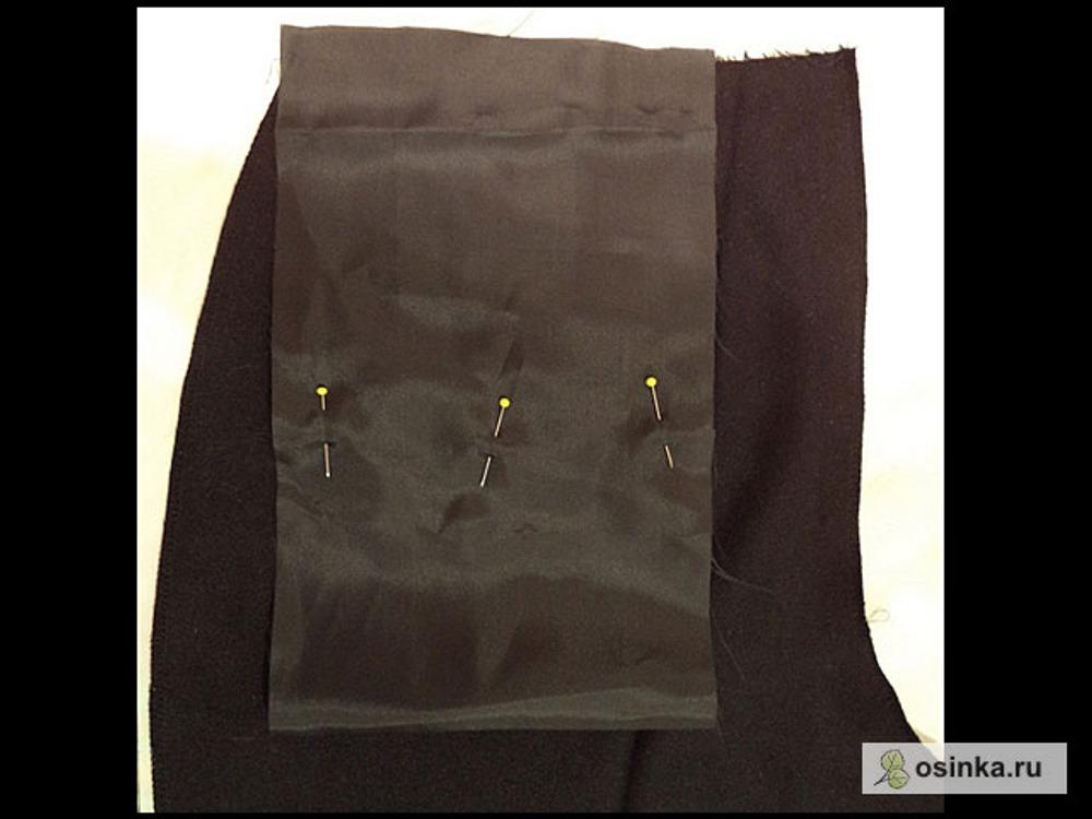 36. Второй конец мешковины подворачиваю вверх, так, чтобы ее срез был чуть выше среза пояса, прикалываю.