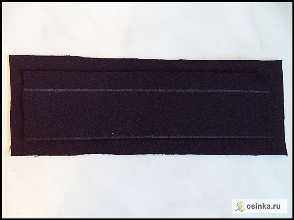 16. Листочка – прямоугольник из основной ткани, длина: на 4-6 см длиннее входа в карман; ширина: удвоенная ширина готовой листочки + 2 см припуски. У меня 17х 4 см. Подзор – прямоугольник из основной ткани, длина: на пару см больше длины листочки; ширина: 6-8 см. У меня 19х6 см. (на фото подзор и листочка)