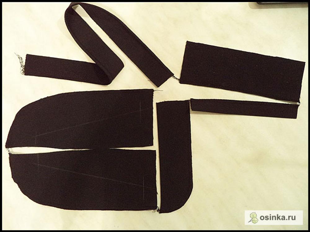 23. Обметываю срезы подзоров и листочки (листочку просто для удобства работы, можно не обметать, а стачать), полоску для шлевок с одной длинной стороны, подзор гульфика (если вы помните, он выкроен у меня скосом в другую сторону, правильнее стачать скошенный уголок и вывернуть его, а затем обметать по длинной стороне или окантовать косой бейкой. Но у меня ткань довольно плотная, не хотелось делать лишнюю толщину выворачиванием)...