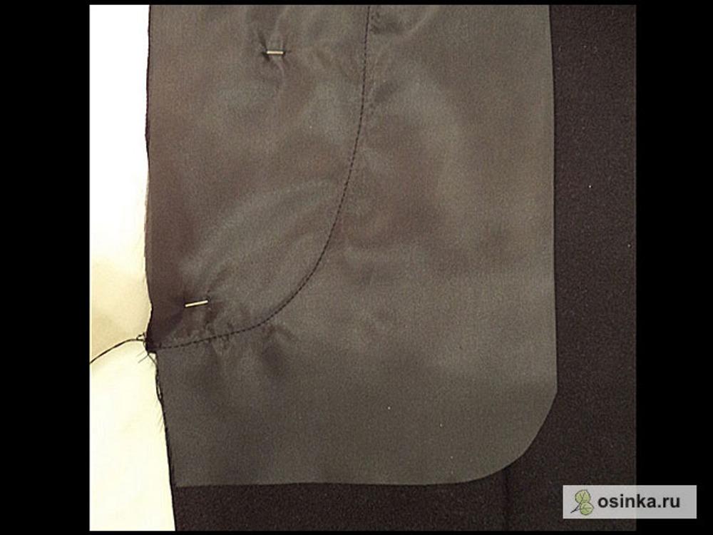 46. Смотрю что получается на изнанке – не очень ровно, надо подровнять. Рисую уголок кармана, подравниваю ножницами срезы.