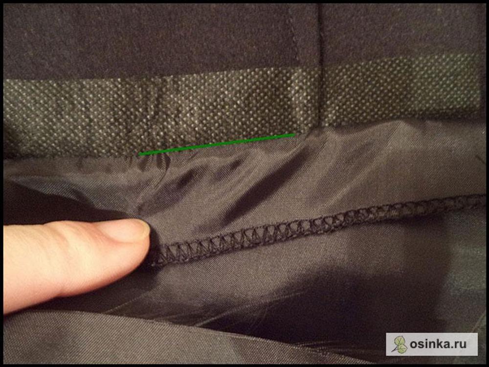 37. Отгибаю верхушку мешковины вниз, чтобы добраться до линии притачивания подзора и делаю еще одну строчку по припускам, чтобы припуски пришить к мешковине. Т.е. когда вы будете строчить, у вас брючина окажется сложенной слева, а верхняя часть кармана справа от иглы. Вот где ляжет строчка (я отогнула верхнюю часть мешковины от брючины):