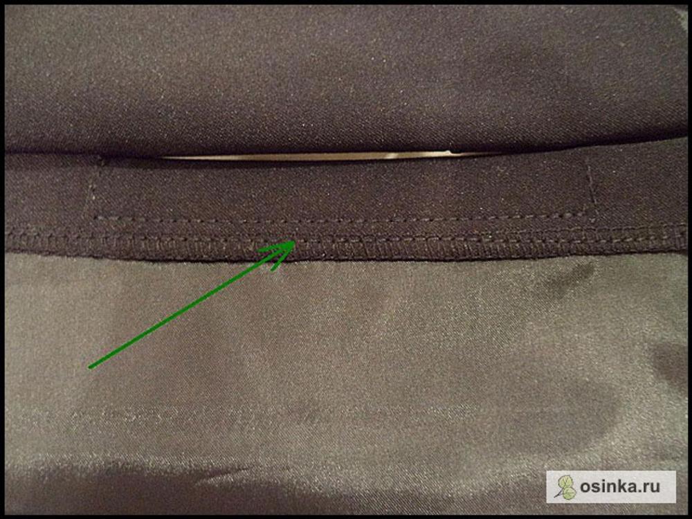 34. Обметываю верхний срез мешковины (он возле пояса). А вам обметывать его не придется, если вы отрежете подкладочной ткани для кармана, не жалея. Вдоль листочки прокладываю строчку-отстрочку, чтобы листочка не выворачивалась.