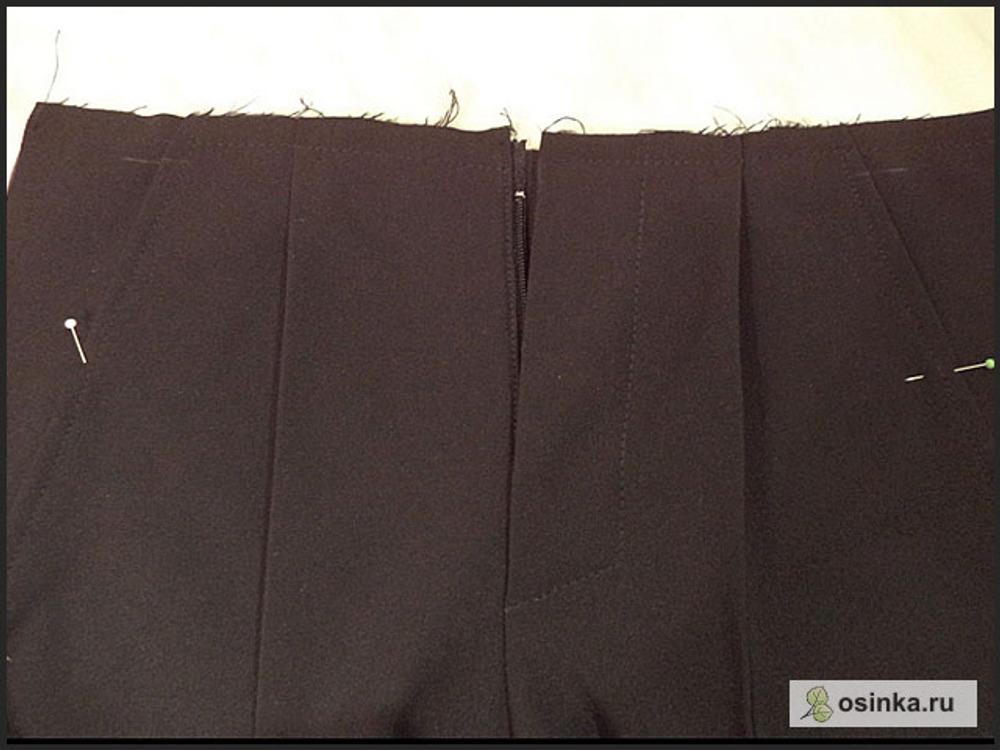 """63. Прокладываю строчку вдоль линии притачивания пояса, но не именно по ней, а чуть выше, чтобы она после притачивания пояса """"спряталась"""" в шов."""