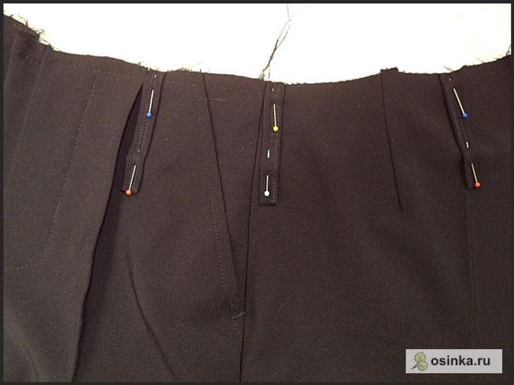 68. Прикалываю шлевки к линии пояса: 2 возле складок впереди, 2 в области боковых швов и 2 у задних стрелок. Можно их передвигать, делать меньше или больше по количеству или не делать вовсе.