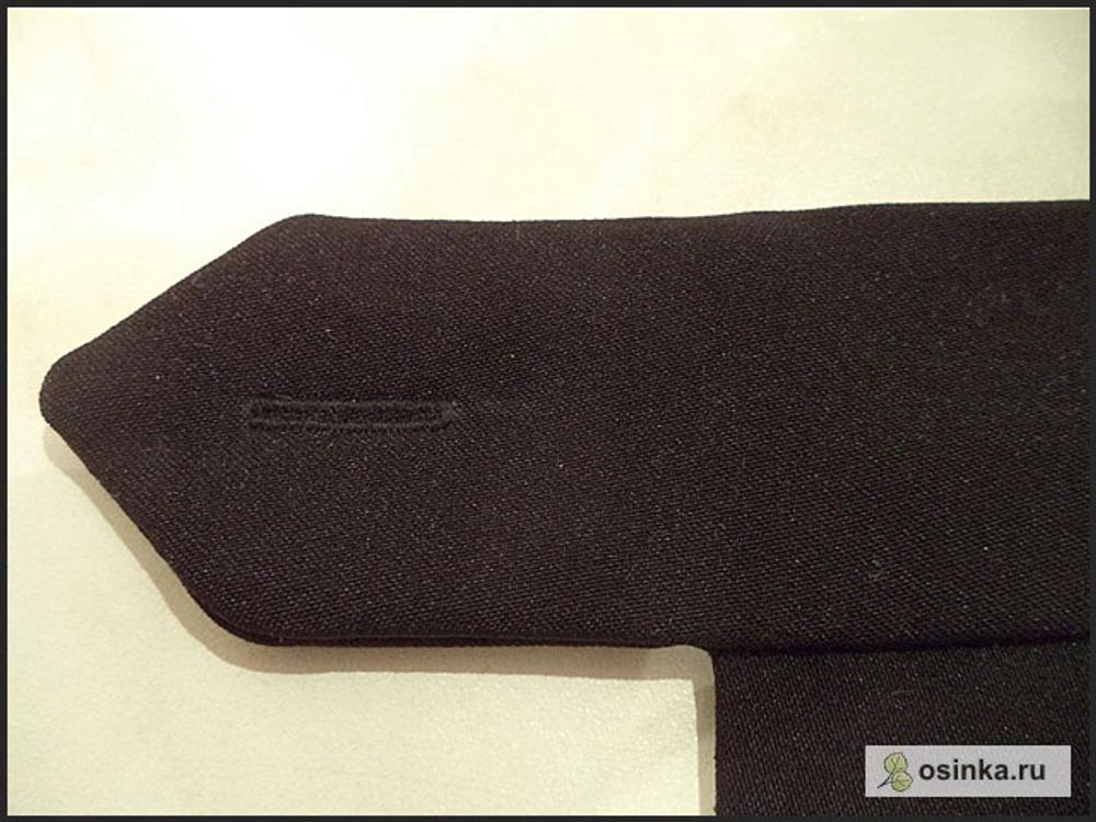 89. На «уголке» пояса пробиваю петлю для пуговицы, пришиваю пуговицы.