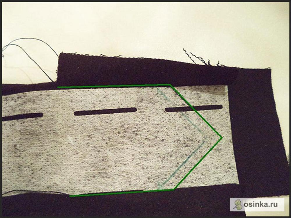 76. Складываю пояс таким образом, как на фото, т.е. как будто выворачиваю его конец на изнанку. И прокладываю строчку по «мысику», нарисовала, чтоб виднее было откуда и докуда строчила.