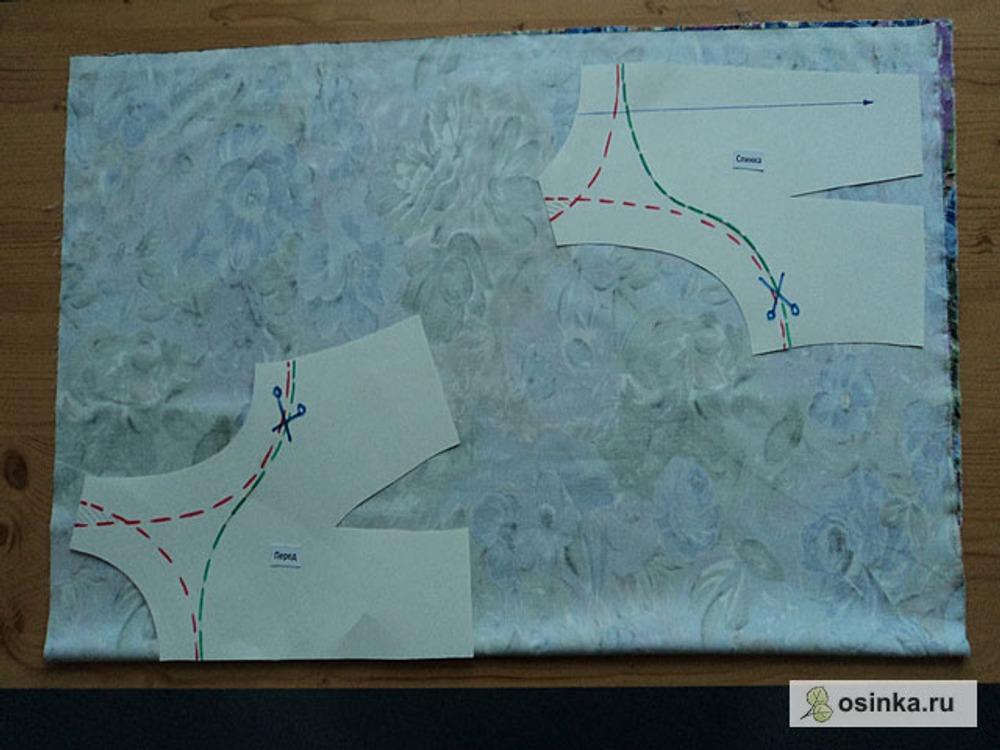 06. Итак, на ткани раскладываем сначала основные детали, т.е. складываем их так, как они выглядели первоначально (совмещаем линию разреза), обводим контур деталей...