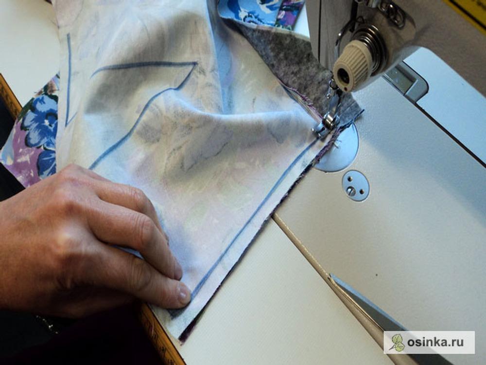 68. Совмещаем боковые срезы, непременно совместим швы притачивания обтачек, и прокладываем строчку. Ширина шва 1,0 - 1,5 см.