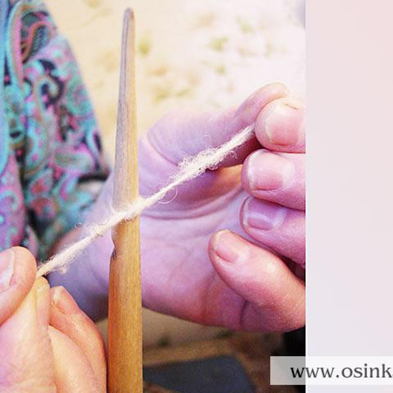 Чтобы закрепить нить на веретене, тремя пальцами левой руки вытягиваем из кудели полоску шерсти шириной и длиной 2-3 см, не отрывая, и скручиваем ее в нить, которую затем привязываем к носку веретена.