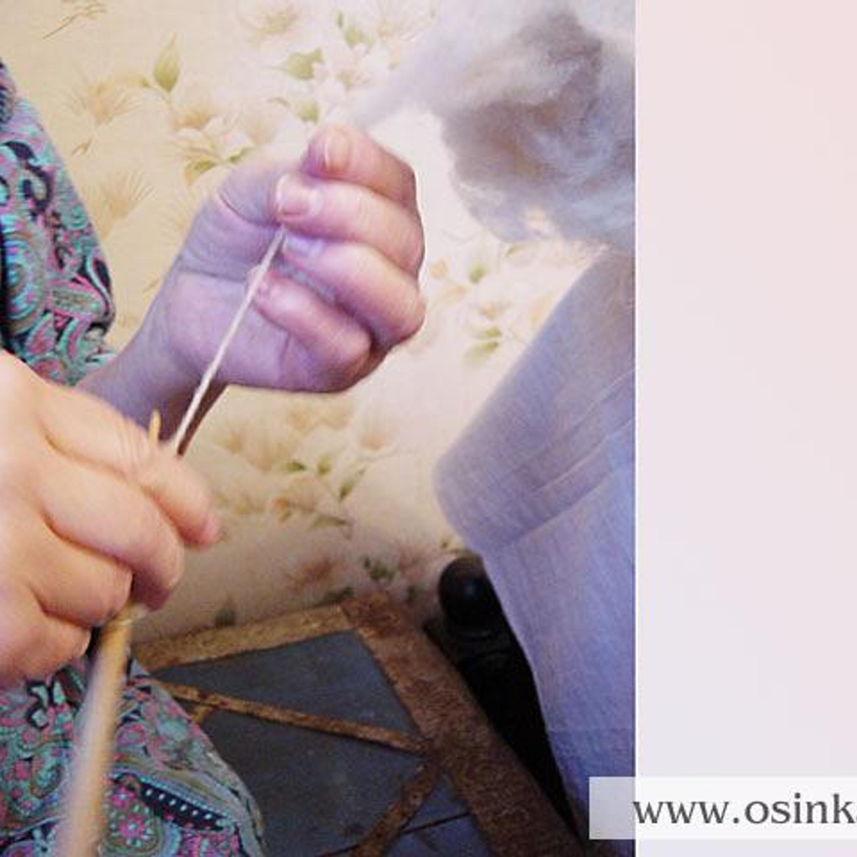 Начинаем прясть – из кудели вытягиваем волокна тремя пальцами левой руки, одновременно вращая веретено по часовой стрелке тремя пальцами правой руки.