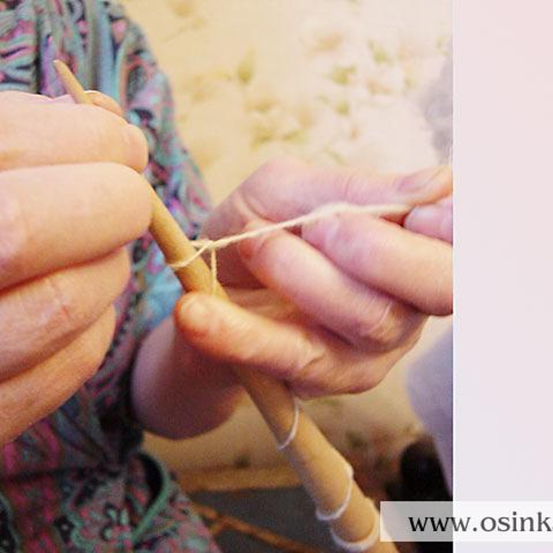 ...делаем петельку и набрасываем ее на носок веретена.