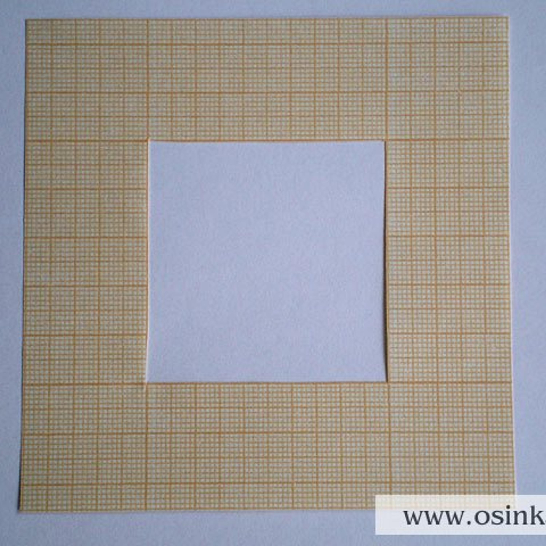 Шаг 4. Делаем измерения петель и рядов. 1 способ. Измеряем количество петель и рядов с помощью рамки 10х10 см, сделанной из миллиметровой бумаги (можно приклеить ее на картон – так она прослужит дольше).