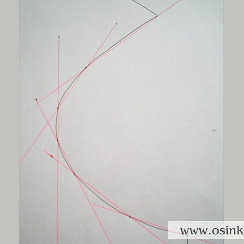 Шаг 2. Делим кривую проймы на прямые участки. Для этого прикладываем к выкройке линейку и через почти прямые участки проводим линии.