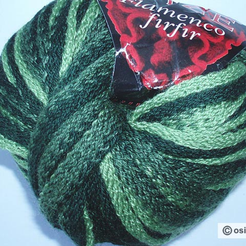 Чтобы связать такую замечательную елочку, вам потребуется крючок №3 и два вида ниток: Фламенко – широкая трикотажная лентовидная пряжа. Пряжа трехцветная, от темно-зеленого до светло-зеленого цвета.