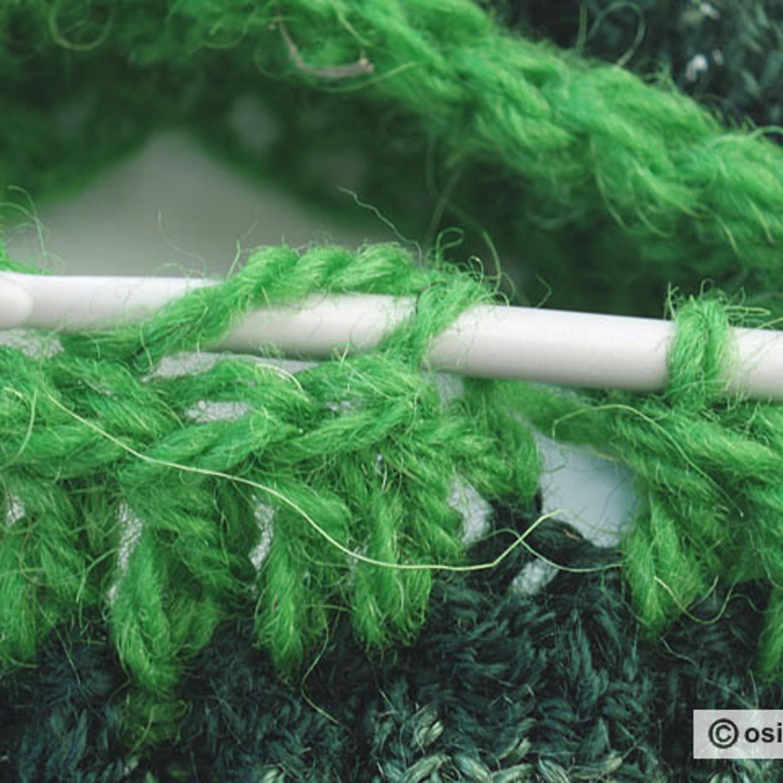 Протяните рабочую нить через верхнюю петлю петель подъема ряда и петлю на крючке.