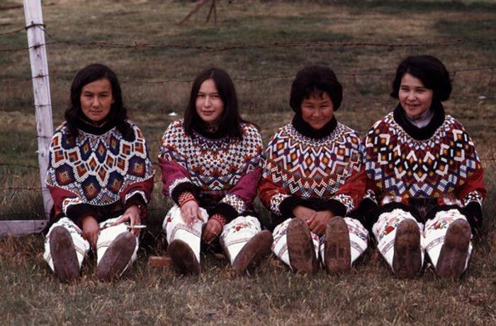Фото. Гренландия. Местные жительницы в бисерных воротниках.