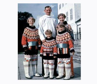Фото. Члены датской королевской семьи в национальных гренландских костюмах.