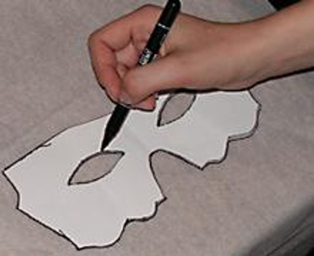 1. Переводим понравившуюся маску на копировальную бумагу, увеличиваем при необходимости. Получившийся шаблон прикладываем на флизелин и обводим его.