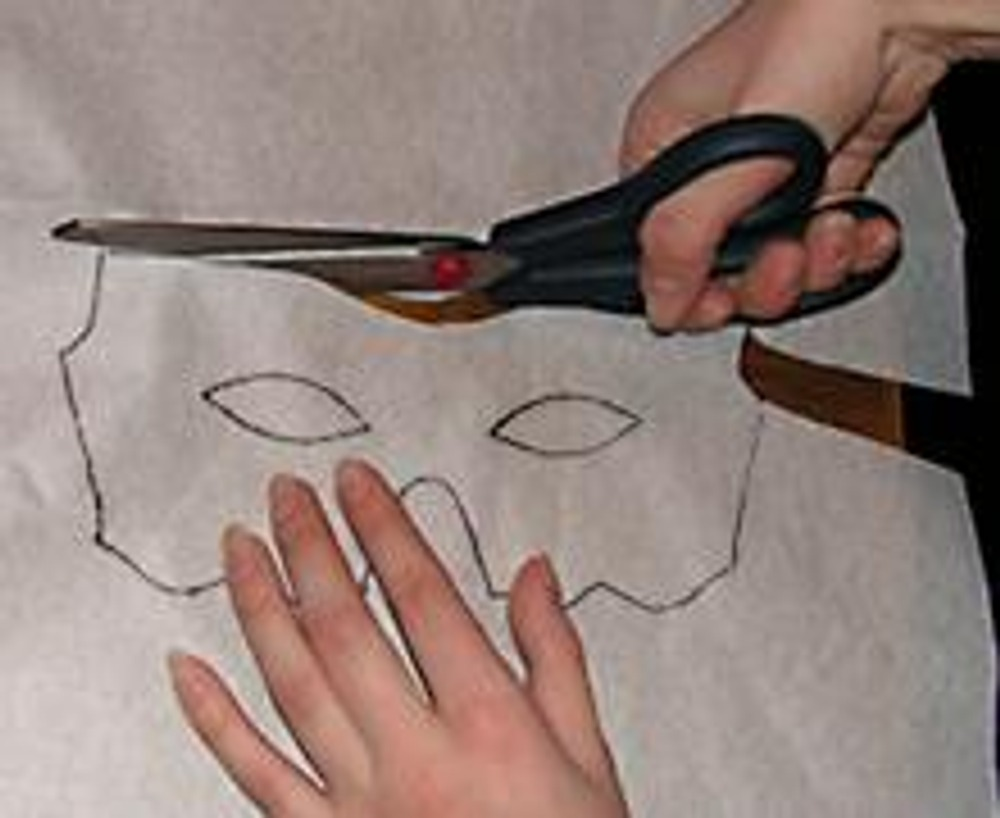 2. Вырезаем первоначальную форму-маску из флизелина.