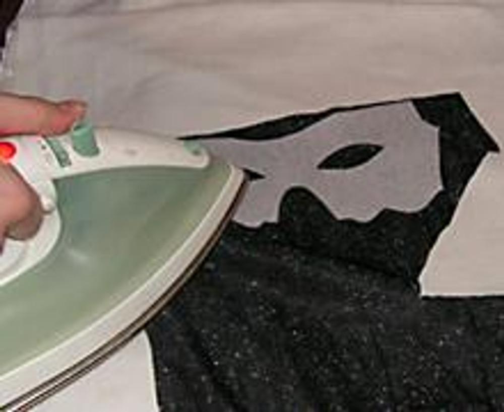 3. Берем заранее отглаженный отрез ткани, прикладываем флизелиновую форму клеевой стороной к изнаночной стороне ткани. Отпариваем горячим утюгом через марлю.
