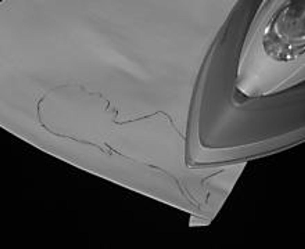 4. Проглаживаем утюгом рисунок. Лучше проглаживать через лист бумаги, иначе на утюге останутся следы. Один платочек готов! Внимание! Чем горячее утюг, тем ярче будет рисунок. Не сожгите ткань!
