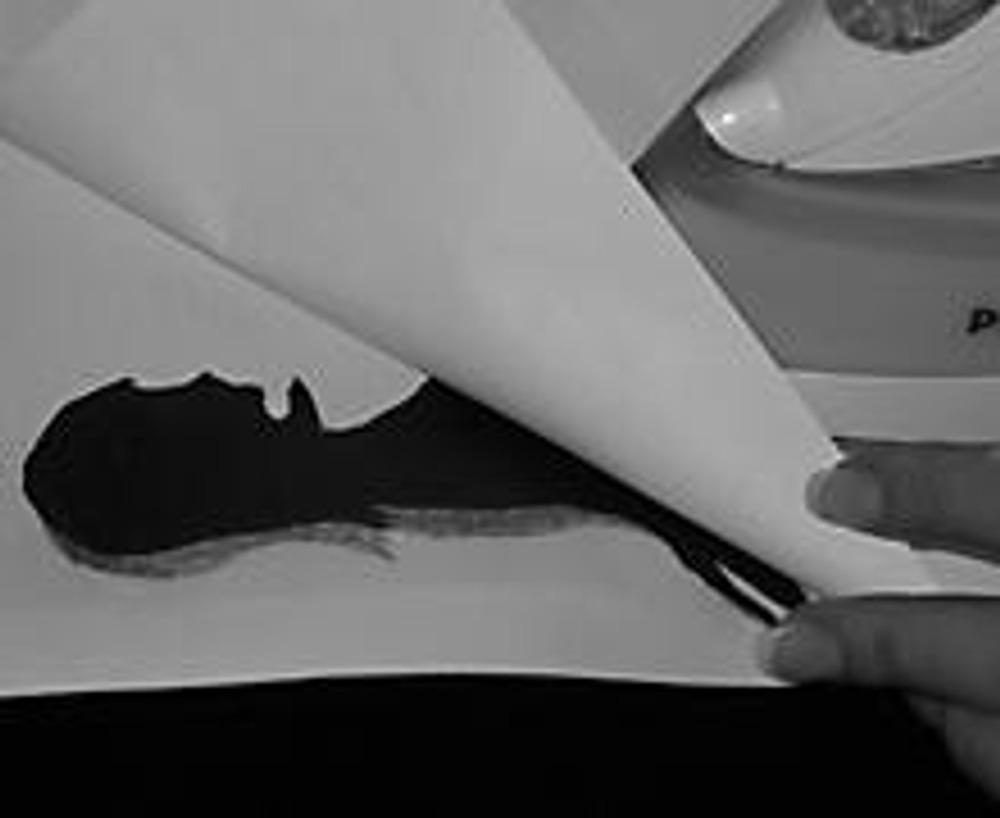 6. Кладем лист бумаги на гладильную доску (чтобы на ней не осталось следов), затем ткань, затем шаблон из копирки (блестящей стороной вниз), затем опять лист бумаги (чтобы защитить утюг) и опять проглаживаем. Второй платочек готов!