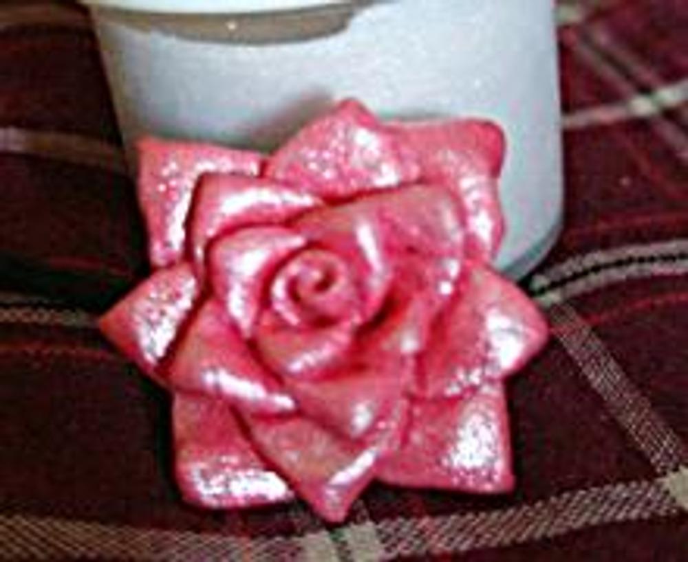 5. В основании сделайте отверстие для нитки. Полученный цветок покройте декоративным акрилом с перламутром.