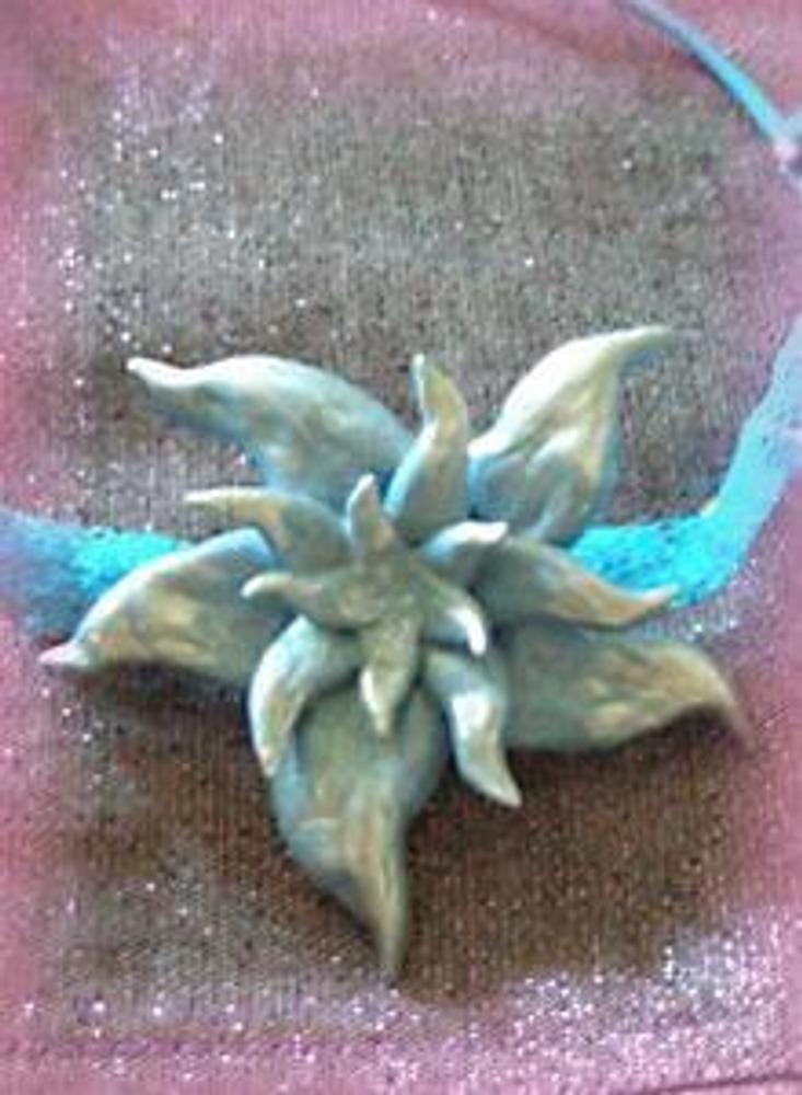 Голубой цветок! Этот цветок делается точно таким же образом, как и розочки! Не забудьте покрыть лепестки перламутром!