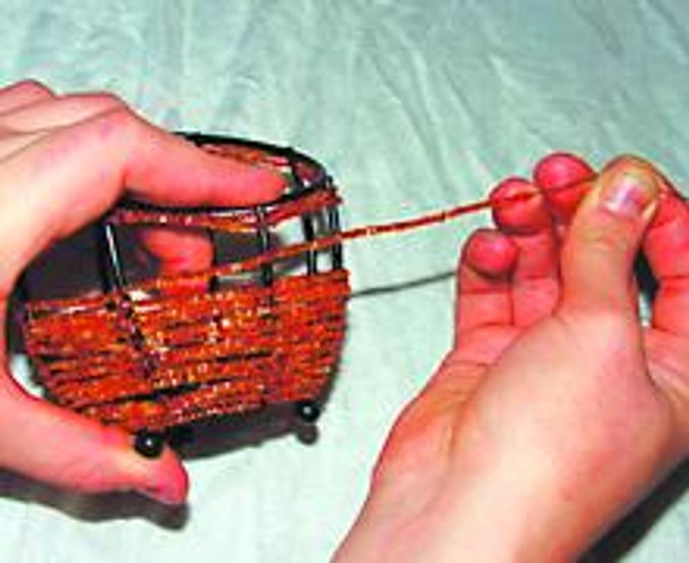 3. Протягиваем проволоку с нанизанным на нее бисером до следующего ребра и огибаем его, образуя плотную петлю. Нанизываем бисер для следующего промежутка.