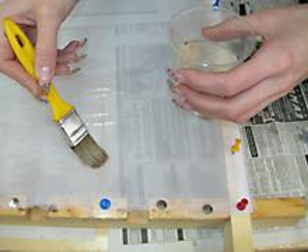 2. Смачиваем ткань водой при помощи широкой кисти. Это необходимо для того, чтобы краски равномерно распределились.