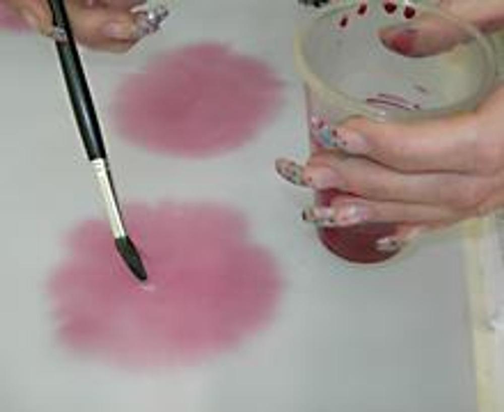 3. Рисуем на нашем красивом шарфе совершенно безобразные розовые пятна. Оставляем сохнуть.