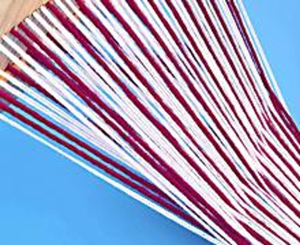 3. Сначала опустите бердо вниз - они разделятся на два потока, и проложите нить утка (белый клубок) между плоскостями ниток. Поднимите бердо вверх - потоки нитей переплетутся.